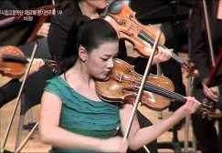 Watch: Tchaikovsky soloist is bemused by bird on stage