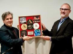 Label news: Warner takes on Naxos in distribution war